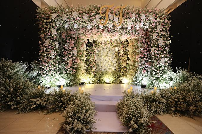Việc dùng số lượng hoa lớn để trang trí giúp biến hóa không gian tiệc thành khu vườn tình yêu kỳ ảo, lãng mạn theo ý muốn của Thu Thủy.