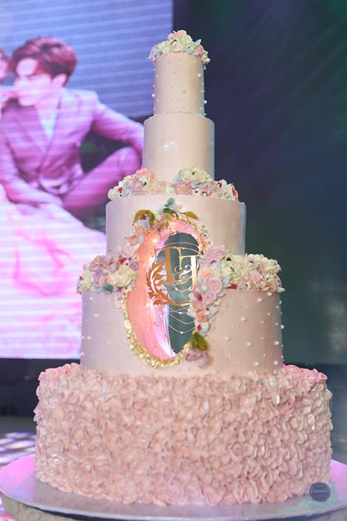 Bánh cưới của uyên ương có chữ T - T, là viết tắt tên thật của chú rể Kin - Trí và Thủy.