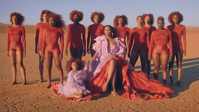 MV Spirit thu hút sự chú ý ngay khi phát hành vào tối 16/7 (sáng nay theo giờ Hà Nội) với những hình ảnh thiên nhiên hùng vĩ, tráng lệ đan cài cảnh thực với cảnh hư cấu trong phim Vua sư tử. Đặc biệt cảnh con gái Beyonce bước đến nắm tay mẹ lồng với cảnh sư tư con bước lên đỉnh núi cùng vua cha mang đến cảm xúc khó quên với người xem.