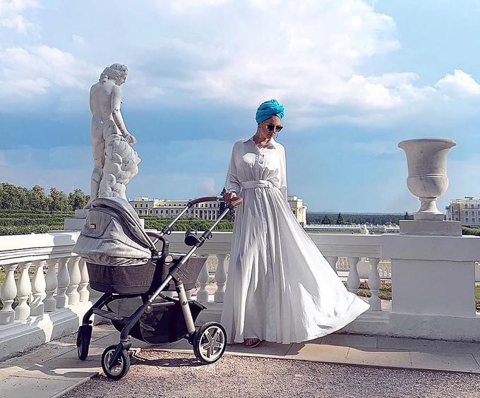 Oksana đưa con trai đi tắm nắng ở cung điện tại Kuala Lumpur hồi tháng 6. Ảnh: Instagram.
