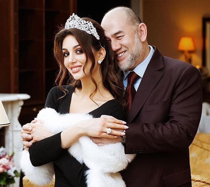 Hoa khôi Moskva đeo nhẫn và vương miện kim cương mỉm cười mãn nguyện trong vòng taychồng. Ảnh: Instagram.