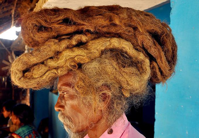 Ông Sakal Dev Tuddu, 63 tuổi, sống ở huyện Munger, bang Bihar, trở nên nổi tiếng khắp làng nhờ thường xuyên xuất hiện với mái tóc dài quấn gọn trên đầu như chiếc turban.