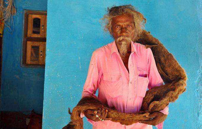 Ông Sakal cho hay vào một đêm khoảng 40 năm trước, tóc ông đột nhiên xoắn lại với nhau như dây thừng, khiến ông cho rằng mình được thánh thần phù hộ. Sakal cũn khẳng định thần linh đã đến thăm ông trong mơ và nói ông không được cắt tóc. Kể từ đó, ông luôn nghe theo yêu cầu này chưa bao giờ trái lời. Thậm chí, ông cũng không gội đầu suốt 40 năm qua.