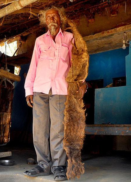 Để thể hiện sự tôn sùng với thần linh, Sakal còn bỏ thuốc lá, rượu bia. Mỗi khi ra khỏi nhà, Sakal quấn mái tóc dài của mình gọn vào trong một mảnh vải trắng để giữ cho nó được sạch sẽ.
