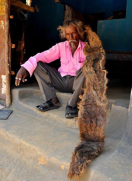 Sakal cho hay ông đã làm việc cho phòng kiểm lâm 31 năm và hiện sống cùng vợ, ba con trai, ba con gái và 7 đứa cháu. Sakal khẳng định vợ ông không thấy khó chịu gì với mái tóc của mình.