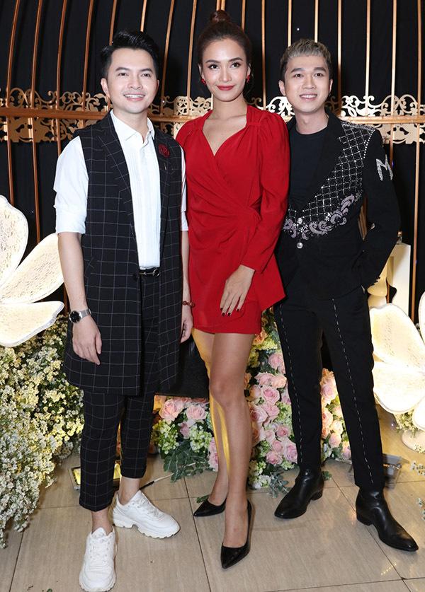Từ trái qua: ca sĩ Nam Cường, Ái Phương và MC Minh Xù hội ngộ tại đám cưới tối 17/7.