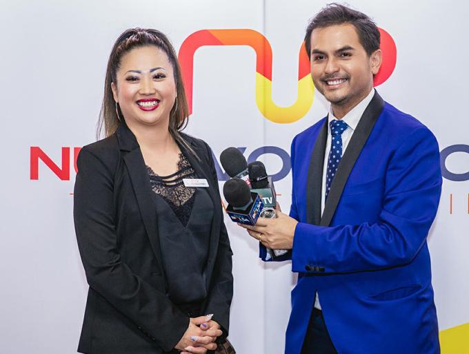 Đức Tiến đảm nhiệm vai trò MC chương trình. Anh trò chuyện cùng doanh nhân gốc Việt Jamine Quach.