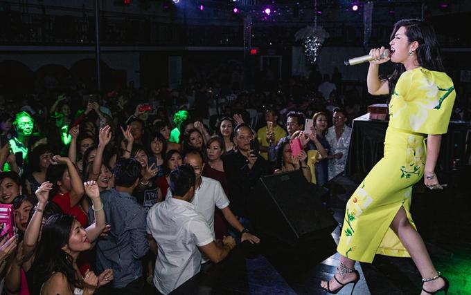 Nữ ca sĩ thể hiện các ca khúc trong album Mộc được khán giả ủng hộ nhiệt tình.