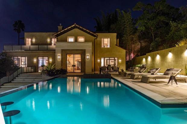 Biệt thự của Rihanna tọa lạc ở Hollywood Hills - khu phố sườn đồi ở trung tâm của thành phố Los Angeles. Nơi đây có bể bơi rộng lớn và vườn cây bao phủ xung quanh.