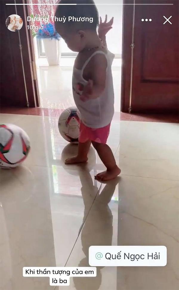 Vợ Quế Ngọc Hải chia sẻ khoảnh khắc con gái đuổi theo trái bóng. Ảnh: FB.