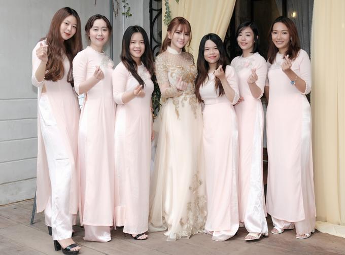 Dàn phù dâu của Thu Thủy điệu đà với áo dài màu hồng nhạt.