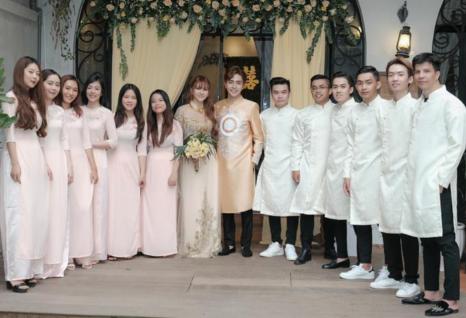 Tối nay, Thu Thủy và Kin Nguyễn sẽ đại tiệc cưới tại một nhà hàng ở TP HCM, mời đông đảo bạn bè trong làng giải trí tới chung vui.