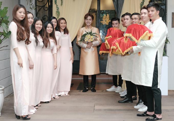 Chú rể Kin Nguyễn (tên thật là Quang Trí) cùng đội bưng quả nhà trai mang lễ vật sang rước dâu.
