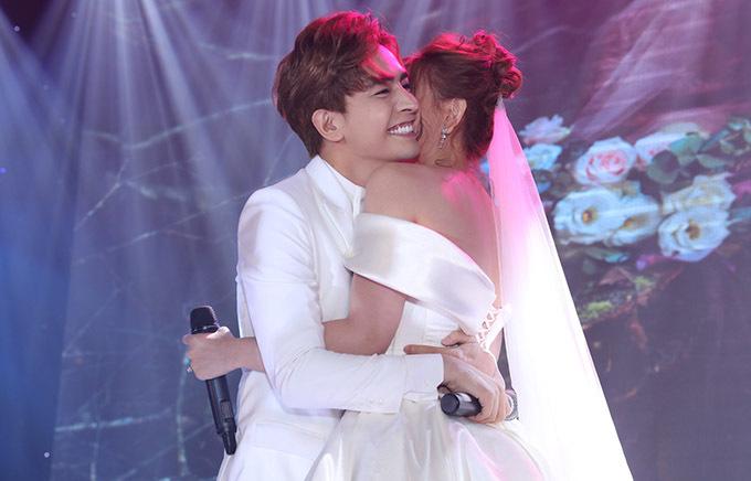 Kin Nguyễn ôm chặt bà xã sau tiết mục lãng mạn, được khách mời tán thưởng nồng nhiệt.