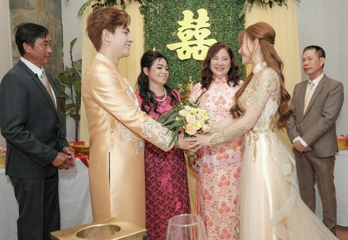 Tình yêu của Thu Thủy và ông xã kém 10 tuổi được cả hai gia đình ủng hộ. Nữ ca sĩ tiết lộ chính mẹ chồng đã vun vén, động viên cô tái hôn với Kin Nguyễn. Nhờ vậy, sau nhiều ngày băn khoăn, lo ngại cuối cùng cô quyết định mở lòng, đồng ý làm vợ chàng doanh nhân 9X.