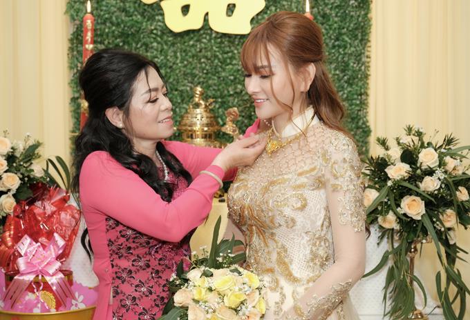 Mẹ chồng đeo trang sức cưới cho Thu Thủy trong lễ gia tiên.