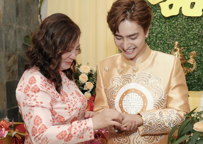 Mẹ ruột nữ ca sĩ cùng tặng quà cưới cho con rể mới.