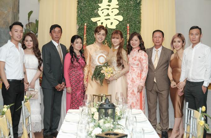 Đám cưới Thu Thủy diễn ra ấm cúng, trang trọng với sự tham dự của đông đủ người thân, họ hàng hai bên.