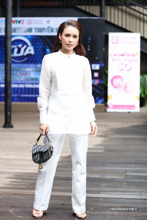 Chiều 17/7, diễn viên Sam chọn trang phụckín đáo, thanh lịch khi dự sự kiện ra mắt gameshow Tường lửatại TP HCM. Cô phối  túi Dior Saddle (yên ngựa) giá khoảng 70 triệu đồng.