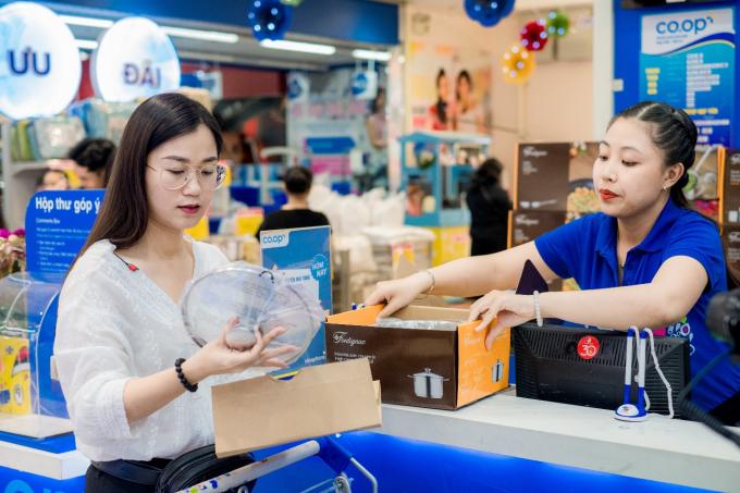 Lâm Vỹ Dạ đổi tem và nhận quà tại khu vực chăm sóc khách hàng của Co.opmart.