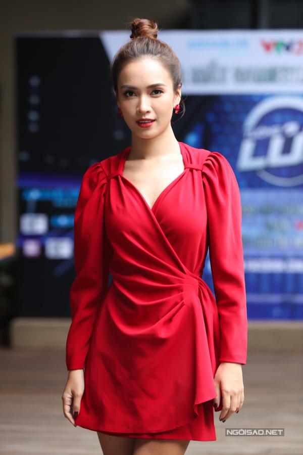 Ái Phương trở thành tâm điểm nhờ chọn váy màu đỏ.