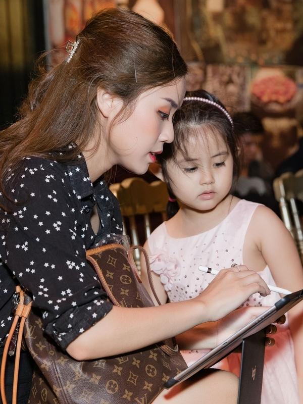 Trong lúc Hoài Lâm bận rộn trả lời báo chí, Bảo Ngọc chăm sóc bé  Grammy - con của Gia Bảo.