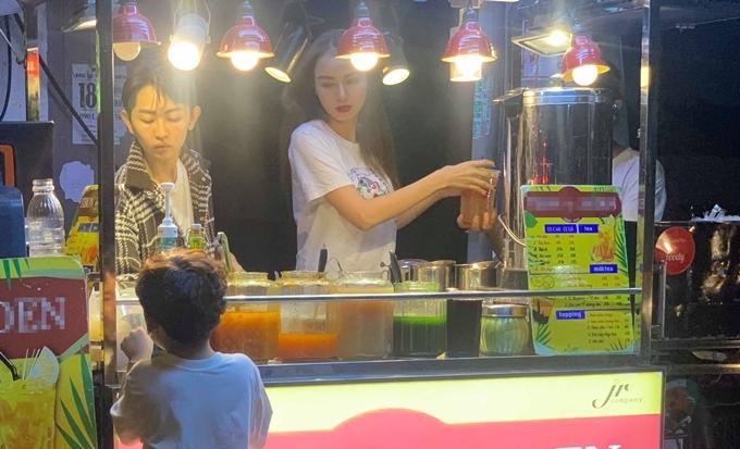 Diễm Hương trực tiếp đúng bán hàng tại một chi nhánh.