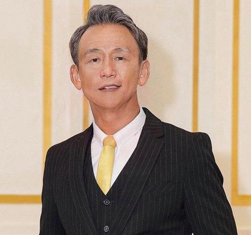 Sau này già đi anh vẫn sẽ mặc vest, thắt caravat và soi gương mỗi ngày. Tự nhủ với lòng mình vẫn còn ngon lắm Bảo à, MC Quang Bảo chia sẻ.