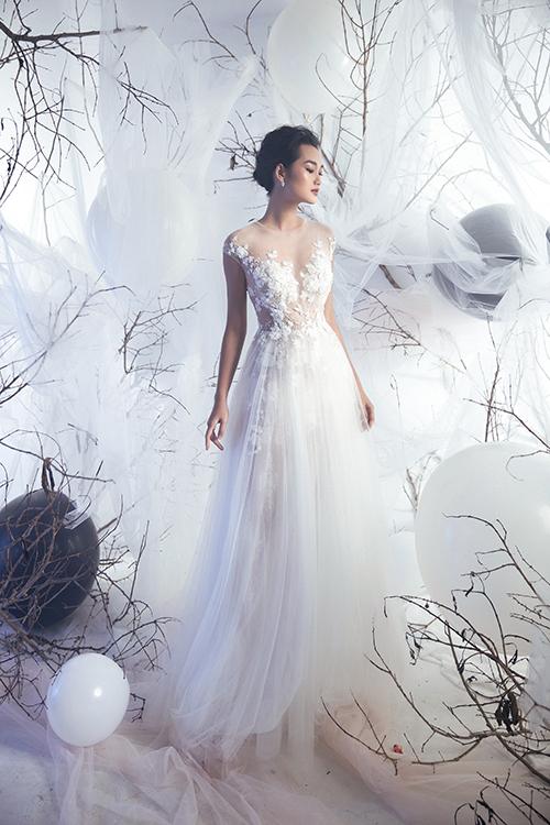 Váy có phom dáng chữ A được đính kết ren tỉ mỉ ở phần ngực giúp tân nương trông gợi cảm và thân hình đầy đặn.