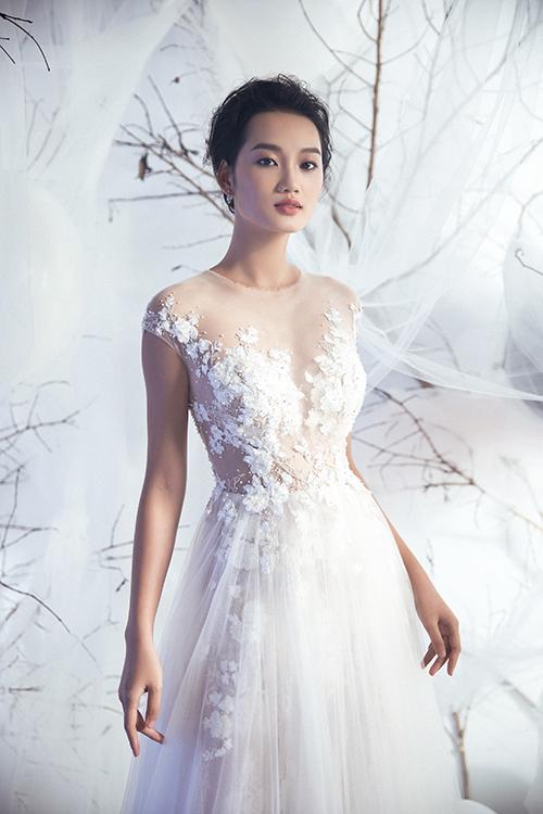 Từng hạt pha lê, đá nhỏ li ti đính trên nền ren tạo sự bắt sáng, giúp gương mặt cô dâu sáng bừng đầy sức sống.