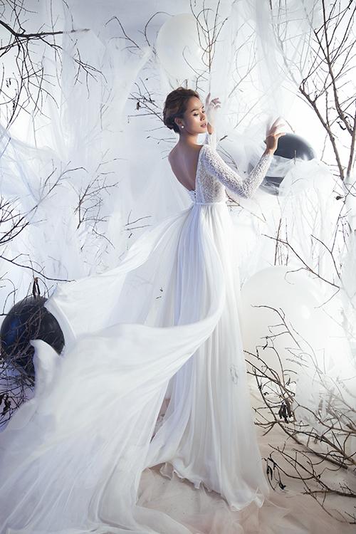 Thân trên từ lụa tơ tằm mang đến sự mềm mại, nhẹ nhàng, tạo sự bay bổng khi di chuyển.