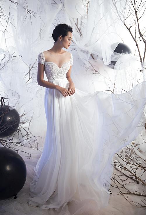 Váy lụa cúp ngực khiến cô dâu trở nên đầy đặn hơn, phù hợp với nàng có vòng 1 khiêm tốn. Váy được nhấn nhá với thân lụa tơ tằm nhẹ nhàng, thanh thoát.