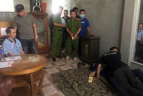 Công thực nghiệm lại tội ác tại nhà mình. Ảnh:Thu Trang.
