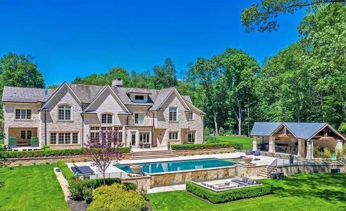 Cahill mua biệt thự ở khu New Jersey khi anh gia nhập New York Red Bulls từ Toffees năm 2012.  Cơ ngơinằm ở trung tâm của Saddle River ở Bergen County, cách không xaManhattan. Chỗ ở của cựu ngôi sao39 tuổi rộng rãi, đầy đủ tiện nghi và nằm giữa không gian xanh với cây cối.