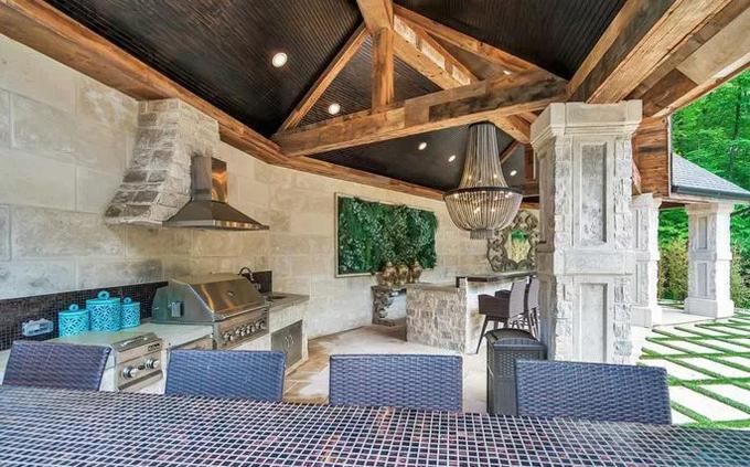 Ngoài 8 phòng ngủ cho việc nghỉ ngơi, biệt thự còn có nhiều không gian chan hòa với thiên nhiên như khu bếp nướng BBQ, thoải mái cho việc tụ tập bạn bè gia đình.