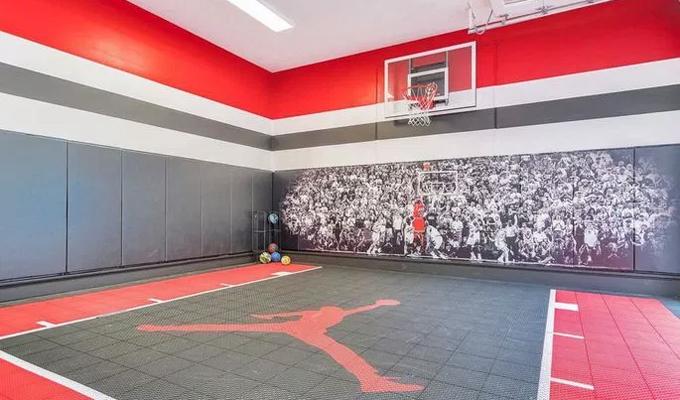 Một sân tập bóng rổ mini phục vụ cho cả gia đình.