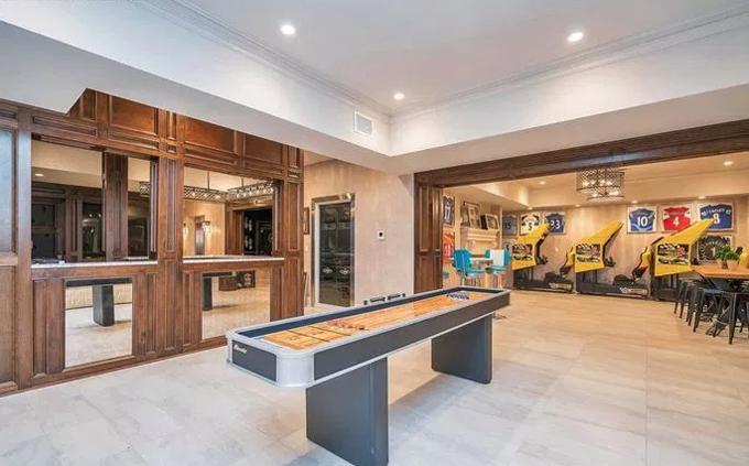 Chỗ ở của gia đình Cahill có phòng tập thể dục, spa, rạp chiếu phim, phòng mô phỏng sân golf.