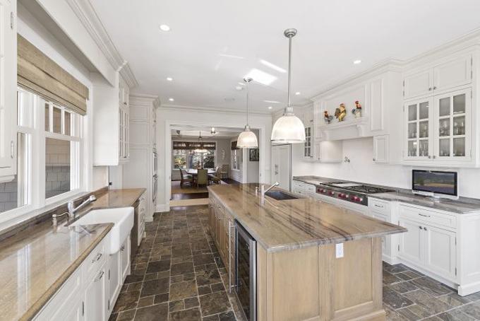 Nhà bếp rộng được bày trí đơn giản với nội thất cao cấp, sàn lát đá cẩm thạch.