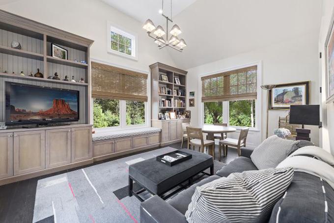 Phòng sinh hoạt của gia đìnhthiết kế đơn giản, mộc mạc tạo cảm giác ấm áp.