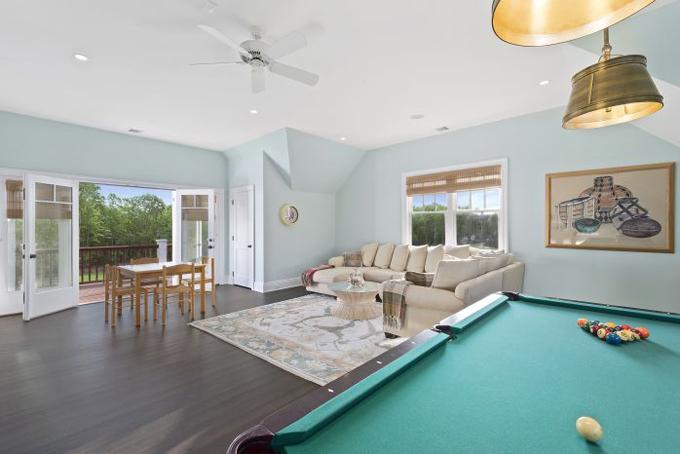Phòng ngủ master với diện tích lớngồm có cả bàn chơi bida và hành lang rộng.