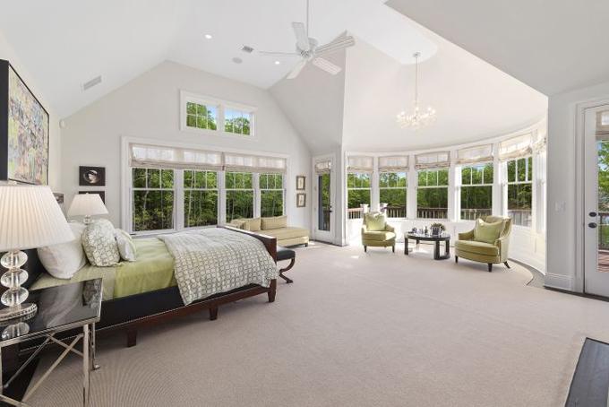 Phòng ngủ được thiết kế với nhiều ô cửa nhỏ hướng ra vườn tạo không gian tươi mát cho cả căn phòng.