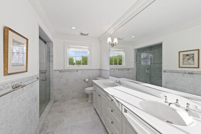 Phòng tắm được lát đá granit với tông màu trắng trang nhã và bắt mắt.
