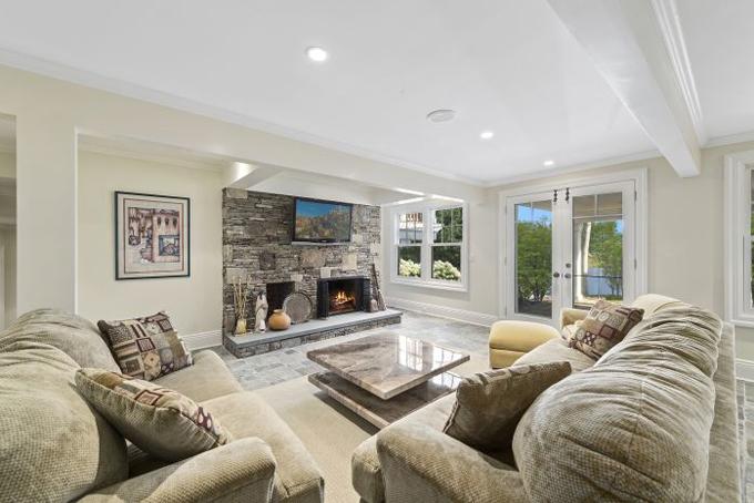 Phòng khách được bày trí đơn giản kết hợp với lò sưởi tạo nên không gian ấm áp, lãng mạn.