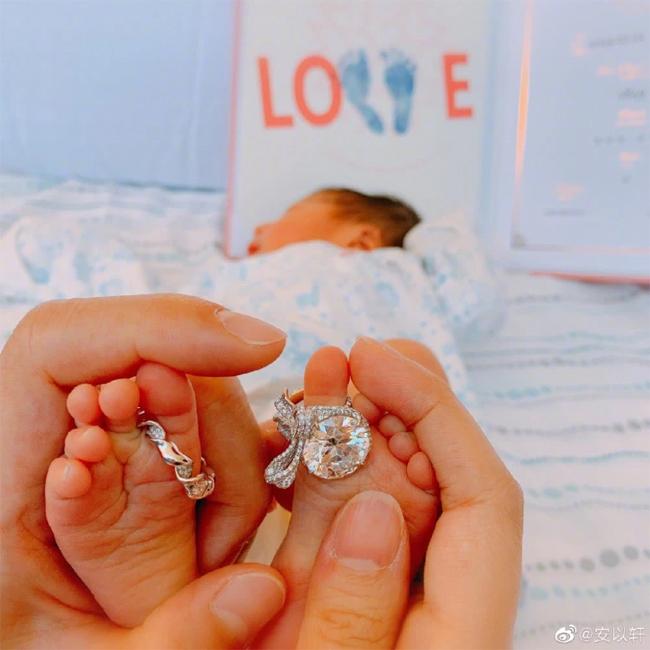 An Dĩ Hiên khoe hình ảnh con trai vừa chào đời.