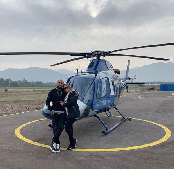 Ngôi sao cá tính người Chilê - Arturo Vidal - cùng bạn gái mới đi trực thăng tới địa điểm nghỉ mát.