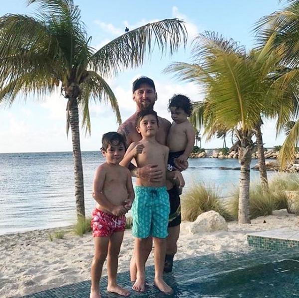Ba cậu nhóc Thiago, Mateo và Ciro cũng đi cùng bố mẹ. Khoảnh khắc bốn bố con cởi trần trong kỳ nghỉ được Messi chia sẻ trên trang cá nhân thu hút hơn 4 triệu lượt like sau một ngày.