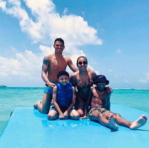 Trong khi đó các nhà tân vương Copa America là tuyển Brazil cũng đổ về các bãi biển nghỉ mát cùng gia đình sau thành công. Trong ảnh, vợ chồng thủ quân Thiago Silva và hai con trai.