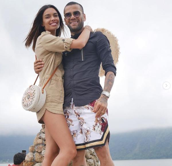 Dani Alves và cô vợ siêu mẫu Joanna Sanz bay tới Bali, Indonesia, nghỉ dưỡng suốt tuần nay.