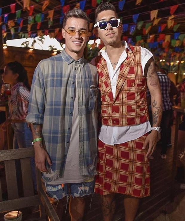 Coutinho và Firmino với hai bộ trang phục