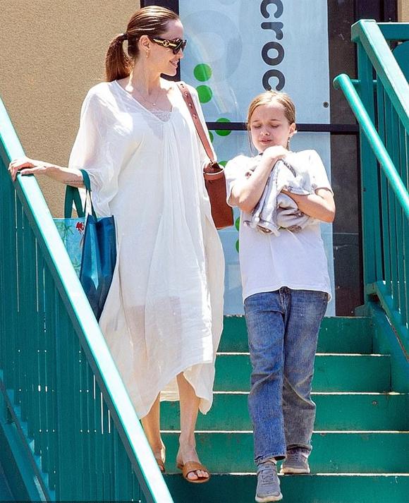 Angelina Jolie dẫn cô bé Vivienne đi mua thỏ về nuôi hôm thứ tư. Vivienne trông rất vui khi tìm được chú thỏ ưng í.